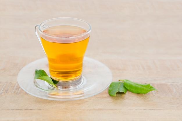 Kruiden thee geserveerd op tafel