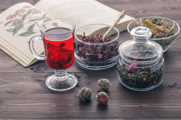 Kruiden thee met kaasjeskruid bloemen