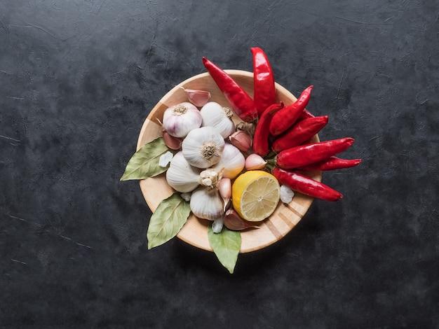 Kruiden voor adjika op een houten plaat. bovenaanzicht