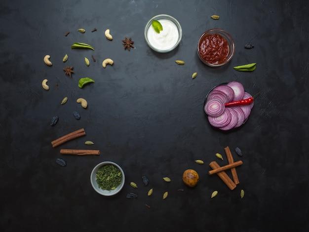 Kruiden voor arabische kabsa, indiase biryani op zwarte tafel. bovenaanzicht
