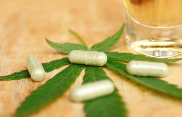 Kruidengeneeskunde met cannabisblad voor gezond remedie eten
