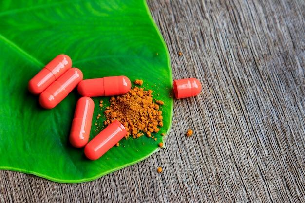 Kruidengeneesmiddelpoeder met capsules voor gezond eten van veel kruiden