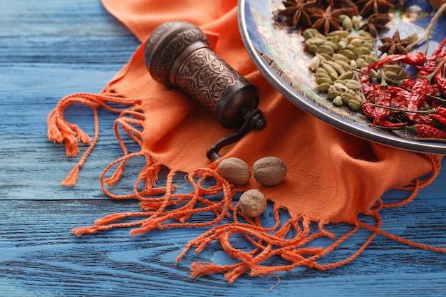 Kruidenmolen en diverse aromatische kruiden op plaat