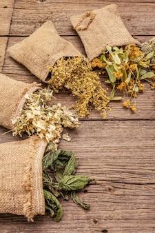 Kruidenoogstcollectie en boeketten van wilde kruiden. alternatief medicijn. natuurlijke apotheek, zelfzorgconcept