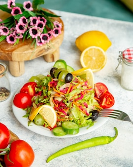Kruidensalade met groenten bovenop