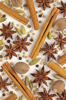 Kruidenset anijs kardemom kaneelbroodjes nootmuskaat peperkorrels achtergronden en texturen