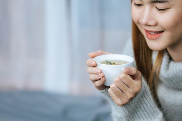 Kruidenthee drinken op een koude dag