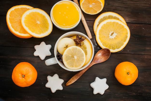 Kruidenthee en ingrediënten voor het zetten van thee