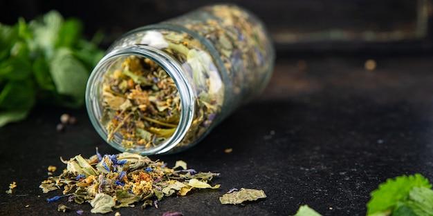 Kruidenthee geneeskrachtige kruiden laat bloemen bladeren verse maaltijd op tafel kopieer ruimte voedsel