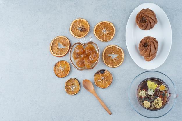 Kruidenthee met gedroogde sinaasappel op witte achtergrond. hoge kwaliteit foto