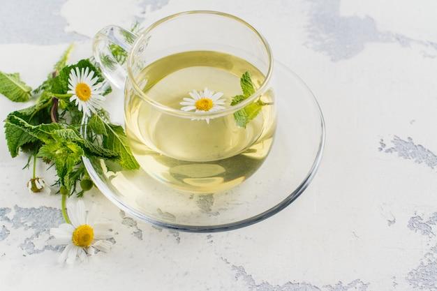 Kruidenthee met kruiden en bloemen