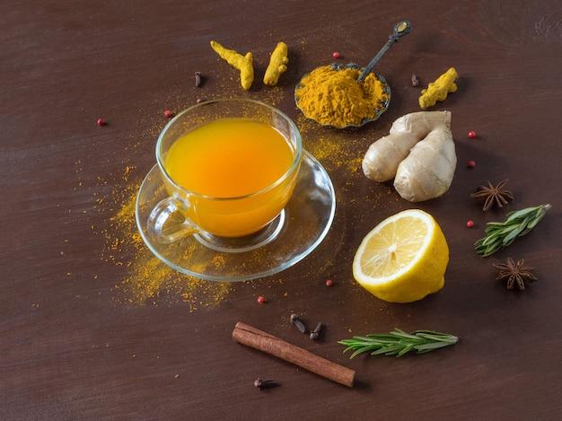 Kruidenthee met kurkuma, kaneel, gember, citroen en peper