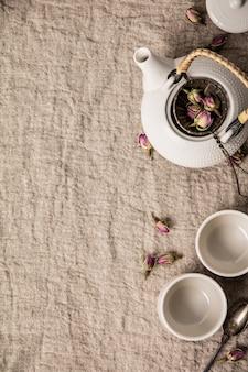 Kruidenthee met rozen, maken rose toppen thee plat leggen
