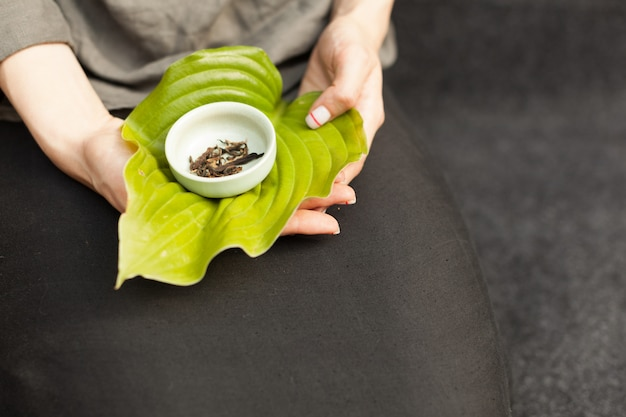 Kruidenthee. traditionele accessoires voor een theeceremonie. gezonde voedseldranken en vitamines