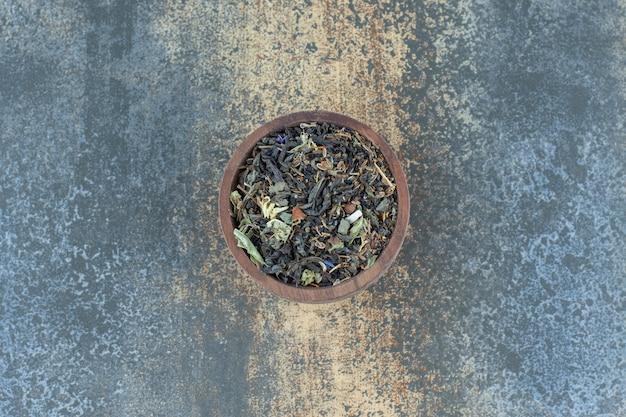 Kruidentheeblaadjes in houten kom.