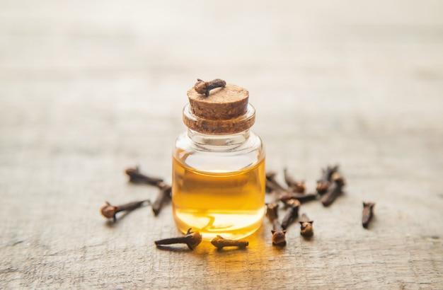 Kruidnagel etherische olie in een klein flesje. selectieve aandacht.
