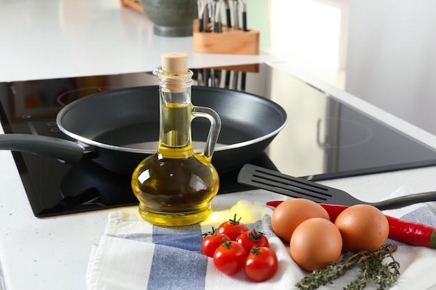 Kruik bakolie met ingrediënten op tafel in de keuken