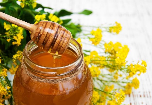 Kruik honing met verkrachtingsbloemen