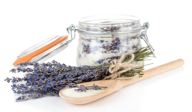 Kruik lavendelsuiker en verse die lavendelbloemen op wit worden geïsoleerd