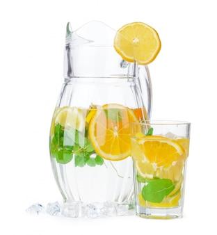 Kruik limonade op wit wordt geïsoleerd dat