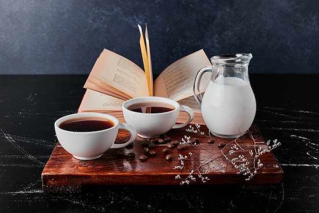 Kruik melk met gefilterde koffie