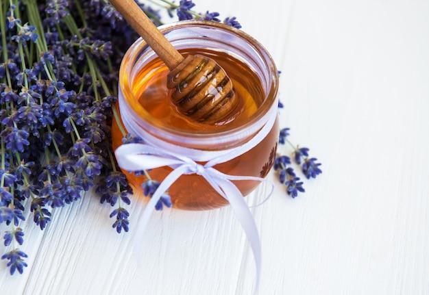 Kruik met honing en verse lavendelbloemen