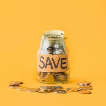 Kruik voor besparingen op oranje achtergrond