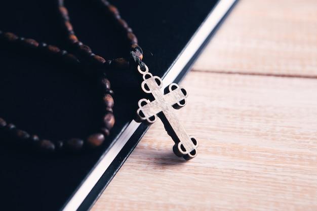 Kruis en boek op tafel