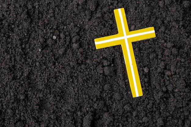 Kruis of crucifix gemaakt van as, stof of zand. as woensdag. lent. christelijke religie.