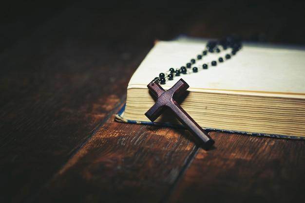 Kruis op boek