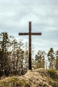 Kruis op de heuvel. leeg kruis tegen de hemel. echt pasen. hoop op god