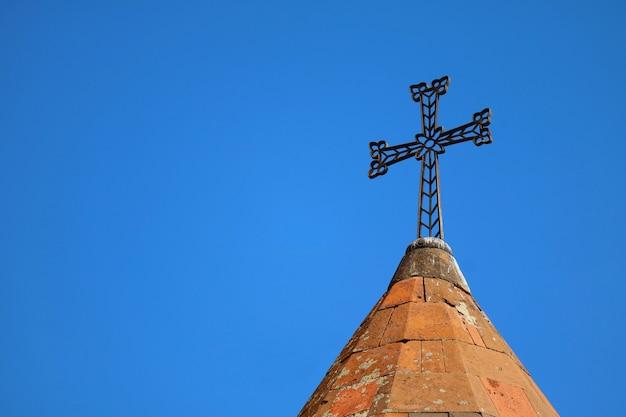 Kruis van de armeense apostolische kerk tegen de hemel