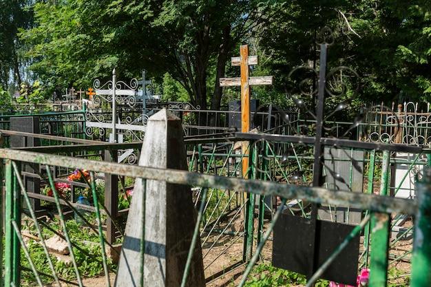 Kruisen en monument op de graven op de begraafplaats. pandemie en epidemie. Premium Foto