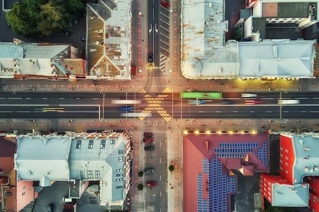 Kruispunt in de stad met vage auto's