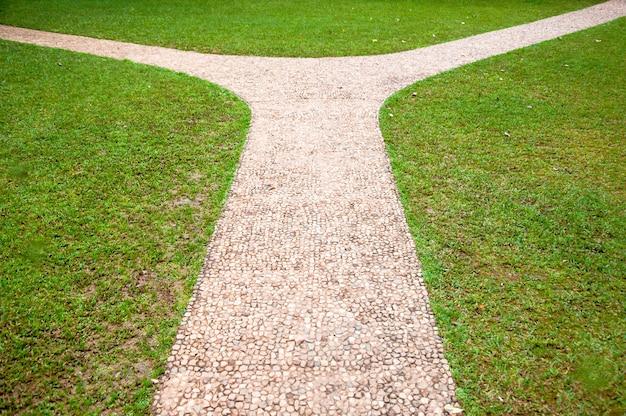 Kruispunt, rechts of links twee verschillende richtingen, concept van de juiste manier kiezen