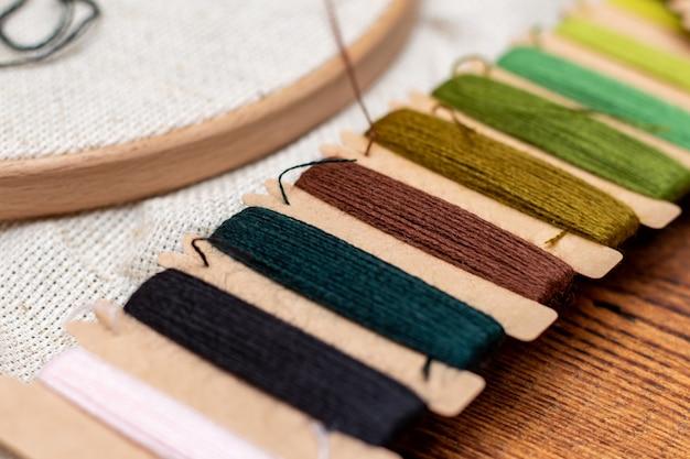 Kruissteek borduurproces. naald borduurraam draden. hobby diy levensstijl.