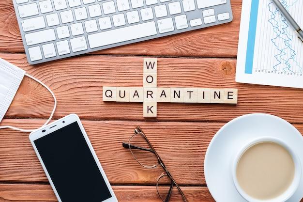 Kruiswoordraadsels op een medisch thema, computer, telefoon en koffie op een houten tafel. pandemic quarantaine concept