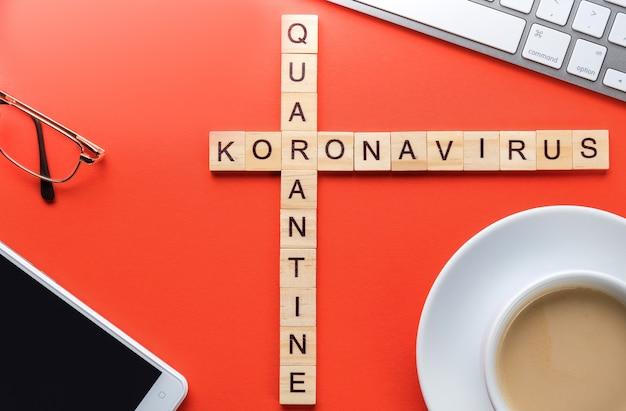 Kruiswoordraadsels op een medisch thema, telefoon, computer en koffie op een rode tafel. pandemic quarantaine concept