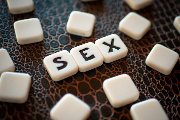 Kruiswoordraadselstukken die het woord 'seks' vormen