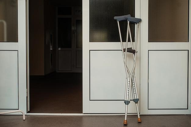 Krukken zijn in de buurt van de deuren van het ziekenhuis