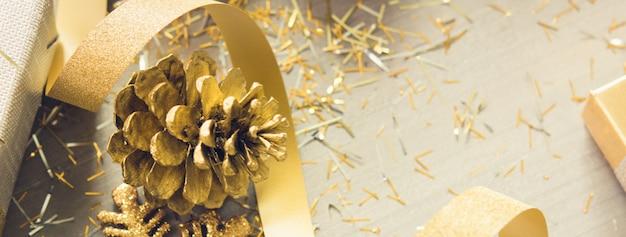 Krullend lint met flikkering kerstmis die punten op houten bannerachtergrond verfraaien