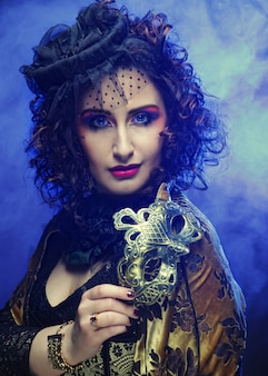 Krullende vrouw met masker