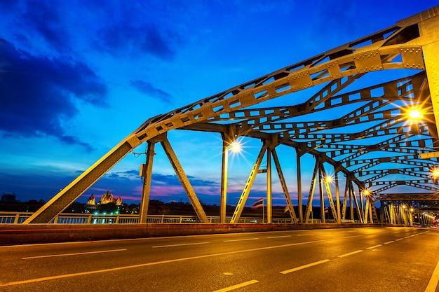 Krung thep bridge en tempel in de avond