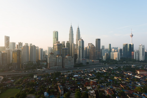 Kuala lumpur-stadshorizon en wolkenkrabbers die kuala lumpur, maleisië inbouwen. azië.