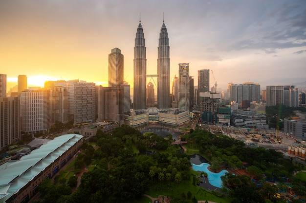 Kuala lumpur-stadswolkenkrabber en groen ruimtepark