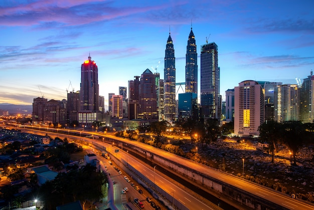 Kuala lumpur-stadswolkenkrabber en snelwegstraat met aardige hemelzonsopgang bij de stad in