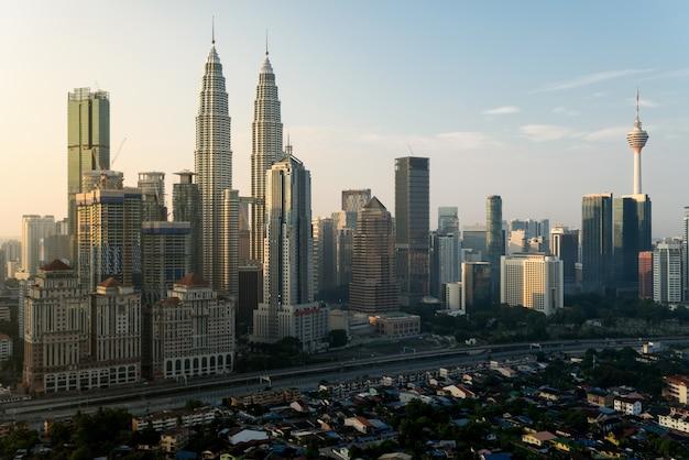 Kuala lumpur-stadswolkenkrabbers die de stad in kuala lumpur, maleisië bouwen