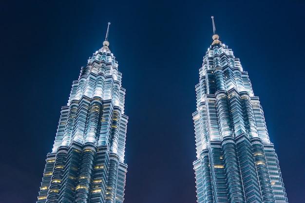 Kuala lumpur-wolkenkrabber bij schemering in maleisië