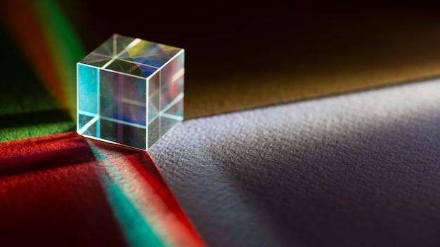 Kubieke prisma en lichten kopiëren ruimte