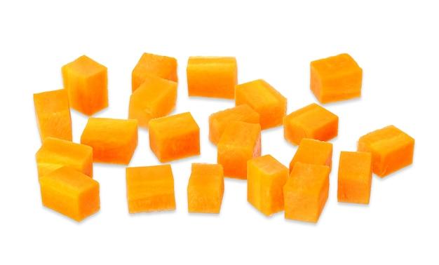 Kubus gesneden wortel geïsoleerd op een witte achtergrond. wortel uitknippad